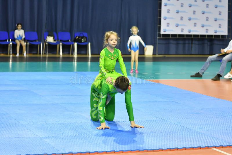 Оренбург, Россия, год 26-ое-27 мая 2017: Младшие состязаются в акробатике спорт стоковая фотография rf
