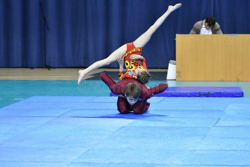 Оренбург, Россия, год 26-ое-27 мая 2017: Младшие состязаются в акробатике спорт стоковые изображения rf