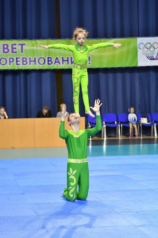 Оренбург, Россия, год 26-ое-27 мая 2017: Младшие состязаются в акробатике спорт стоковое фото rf