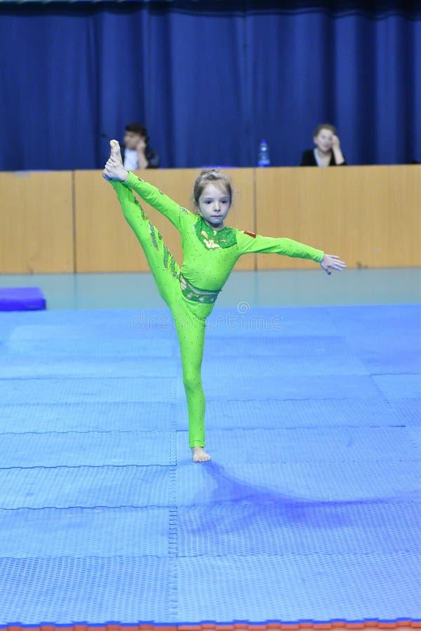 Оренбург, Россия, год 26-ое-27 мая 2017: Младшие состязаются в акробатике спорт стоковое фото