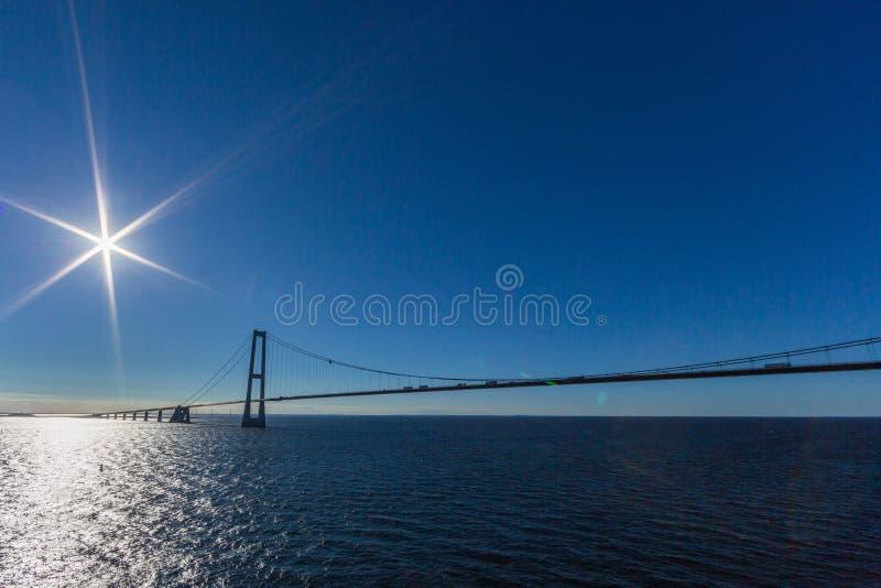Ореундский мост с голубым небом, голубым морем и сияющим солнцем стоковое изображение