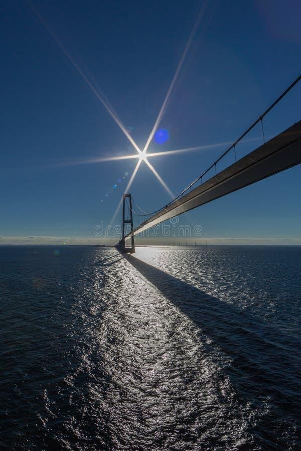 Ореундский мост с голубым небом, голубым морем, солнцем и вспышками стоковая фотография rf