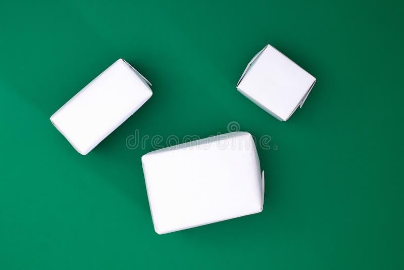 Оригинальный дизайн подарка белой бумаги, ленты рождества 3 сатинировки в форме снеговика на зеленой предпосылке стоковая фотография rf