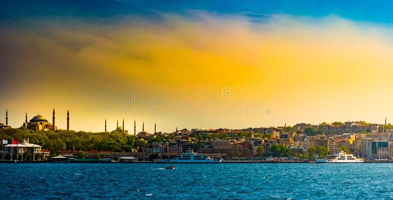 Ориентиры Hagia Sophia и красивого вида touristic от рейса моря на Bosphorus Городской пейзаж Стамбула на заходе солнца стоковая фотография rf