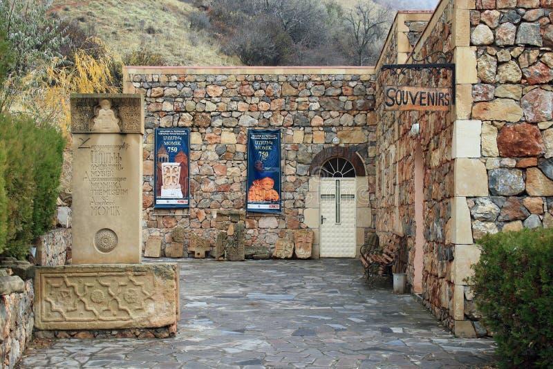 Ориентир монастыря Noravank в провинции Сюника Армении 2018: памятник архитектору Momik и музею стоковое изображение