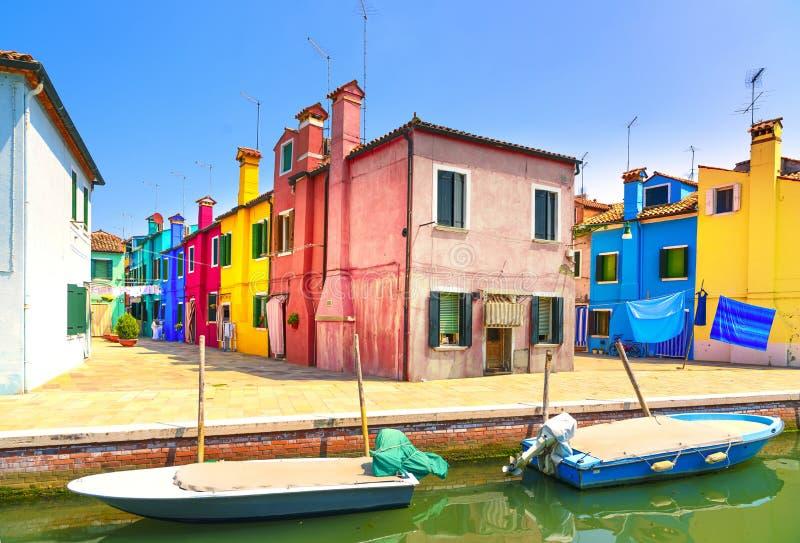 Ориентир ориентир Венеции, остров Burano канал, красочные дома и шлюпки, стоковое изображение