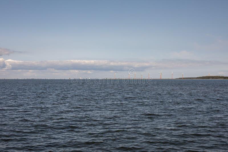 Ориентир, ряд цвета, оранжевый красный цвет, ветрянки в Almere Pampus, 10 windturbines в группе стоковая фотография rf