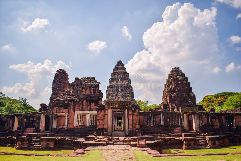 Ориентир Таиланда - старый каменный замок в парке Phimai историческом на Nakhon Ratchasima Таиланде, известных достопримечательно стоковые изображения