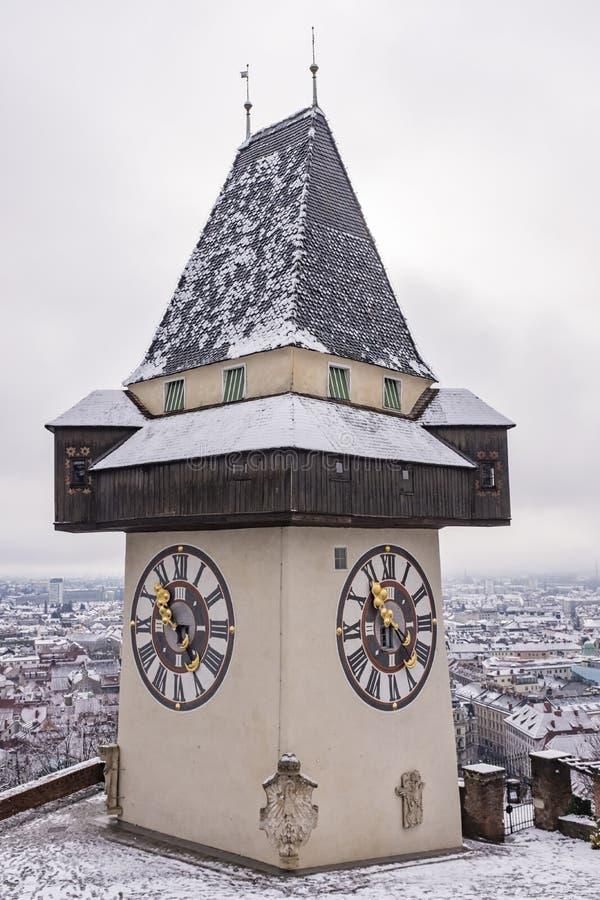 Ориентир ориентир Uhrturm на холме Schlossberg в Граце на снежное winterday стоковое фото rf