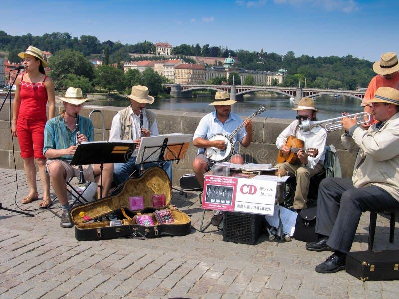 Оркестр игры музыкантов улицы на Карловом мосте стоковые фото