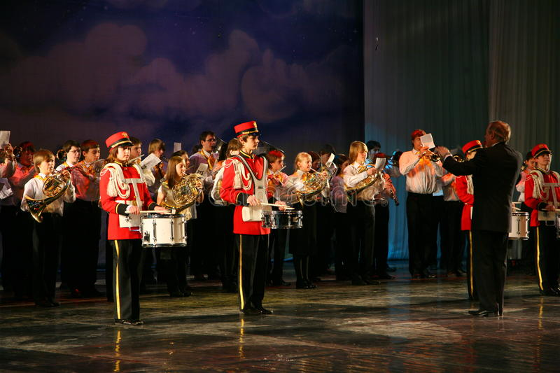 Оркестр консолидированных детей дворца творческих способностей молодости и выставки барабанщиков в военной форме восемнадцатом стоковое изображение rf