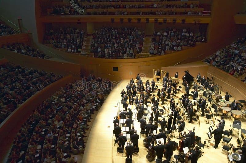 Оркестр Лос-Анджелеса филармонический выполняя на новом концертном зале Дисней, конструированном откровенным Gehry стоковое изображение