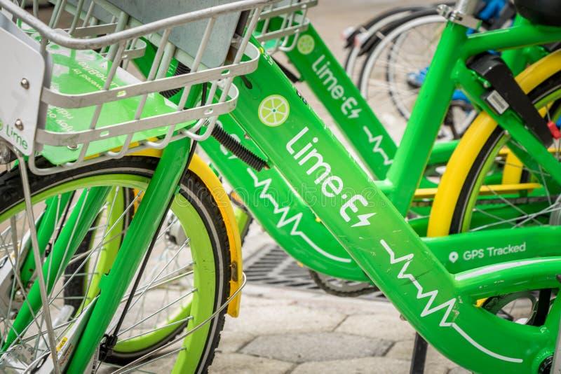 ОРЛАНДО, ФЛОРИДА - 13-ОЕ ИЮЛЯ 2019: Велосипеды доли велосипеда известки припаркованные на городской улице стоковое фото rf