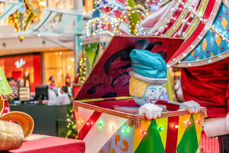 ОРЛАНДО, ФЛОРИДА, США - ДЕКАБРЬ 2018: Красочное украшение рождества коробки сюрприза на торговом центре на тысячелетиях стоковая фотография