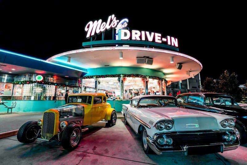 ОРЛАНДО, ФЛОРИДА, США - ДЕКАБРЬ 2017: Ресторан въезда ` s Мела с винтажными классическими автомобилями на студиях Universal Флори стоковые изображения
