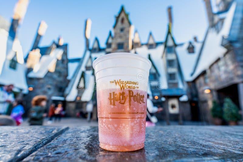 ОРЛАНДО, ФЛОРИДА, США - ДЕКАБРЬ 2017: BUTTERBEER, известное питье от кино Гарри Поттера содержа спирт 0%, на Wizarding w стоковые фотографии rf