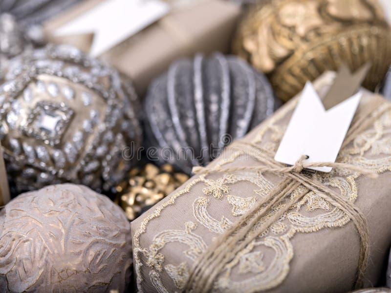 Орнаментальные безделушки и упакованный настоящий момент для рождества стоковая фотография