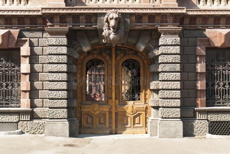 Орнаментированное украшение деревянной старой двери старое металла фото двери стоковые изображения rf