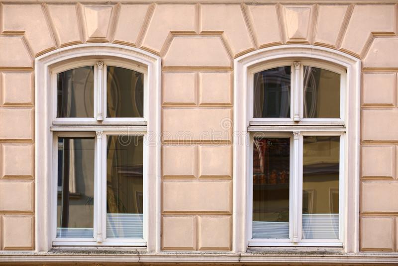 Орнаменты и окна на историческом доме от 1886 в Greifswald, Германии стоковое фото