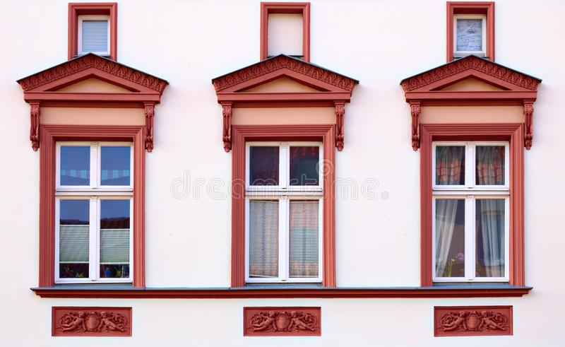 Орнаменты и окна на историческом доме от 1888 в Greifswald, Германии стоковое изображение rf