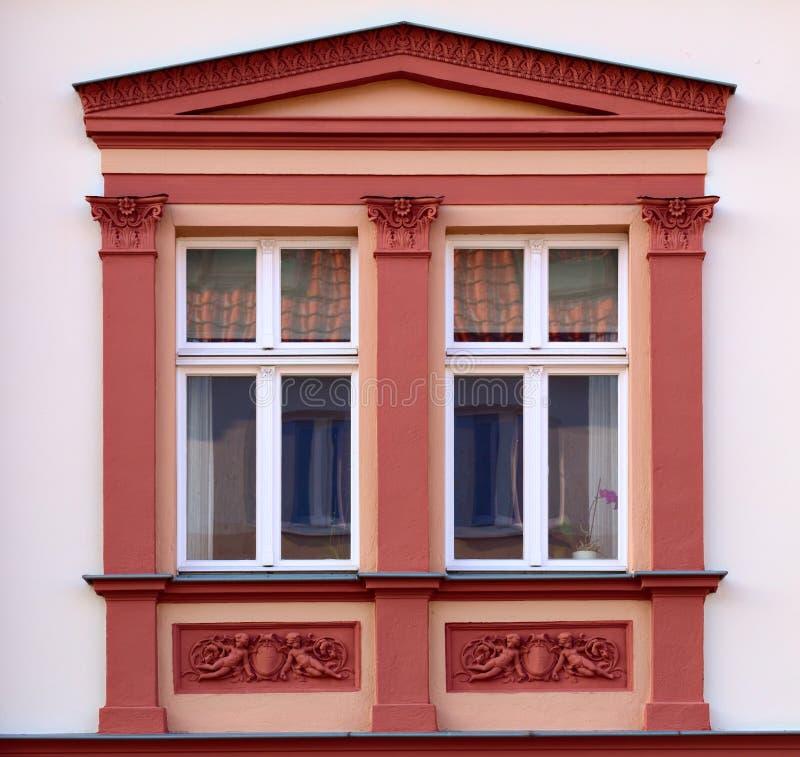 Орнаменты и окна на историческом доме от 1888 в Greifswald, Германии стоковая фотография