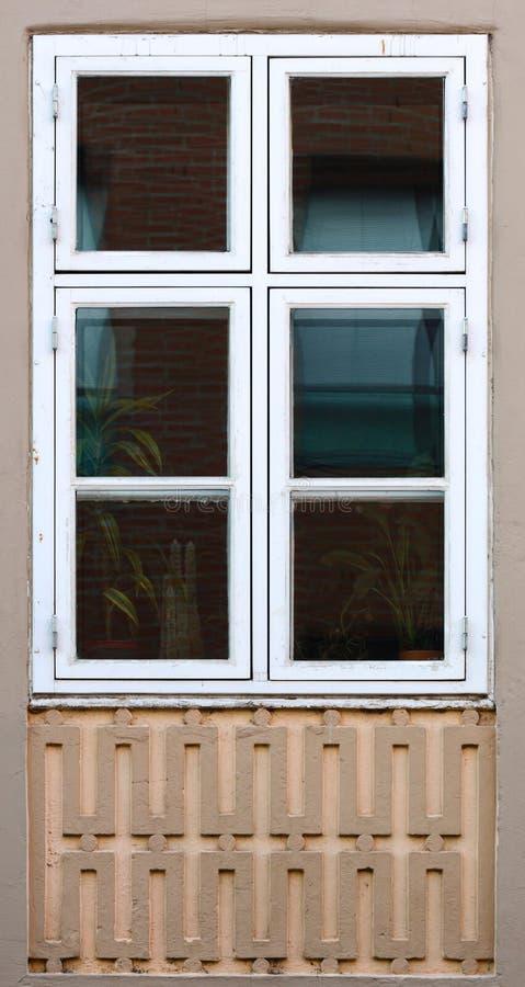 Орнаменты и окно на историческом доме XIX века в Greifswald, Германии стоковая фотография