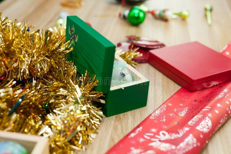 Орнаменты настоящего момента и рождества на деревянном столе Christams tim стоковые изображения rf