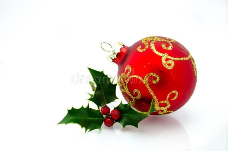Орнаменты рождества - красный шарик и зеленый падуб стоковые изображения rf