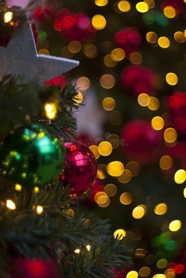 Орнаменты рождества в дереве стоковое изображение rf