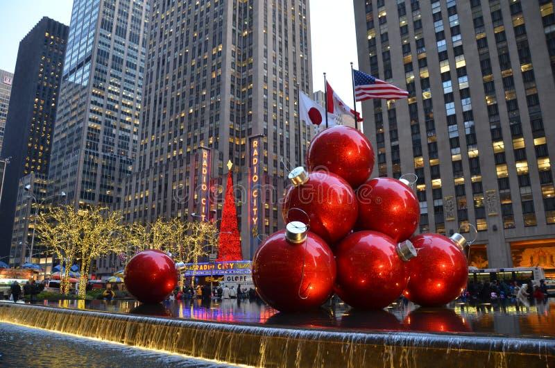 Орнаменты рождества НЬЮ-ЙОРКА CIGiant в центре города Манхаттане 17-ого декабря 2013, Нью-Йорк, США стоковые изображения rf