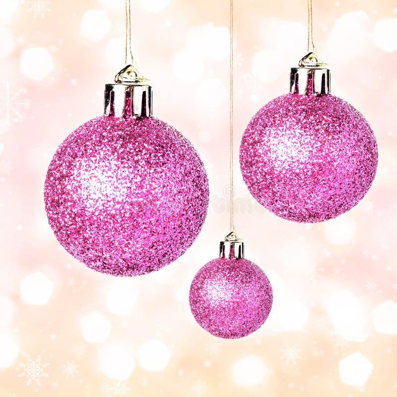 Орнаменты рождества при сияющие праздничные шарики вися на золоте Fes стоковая фотография