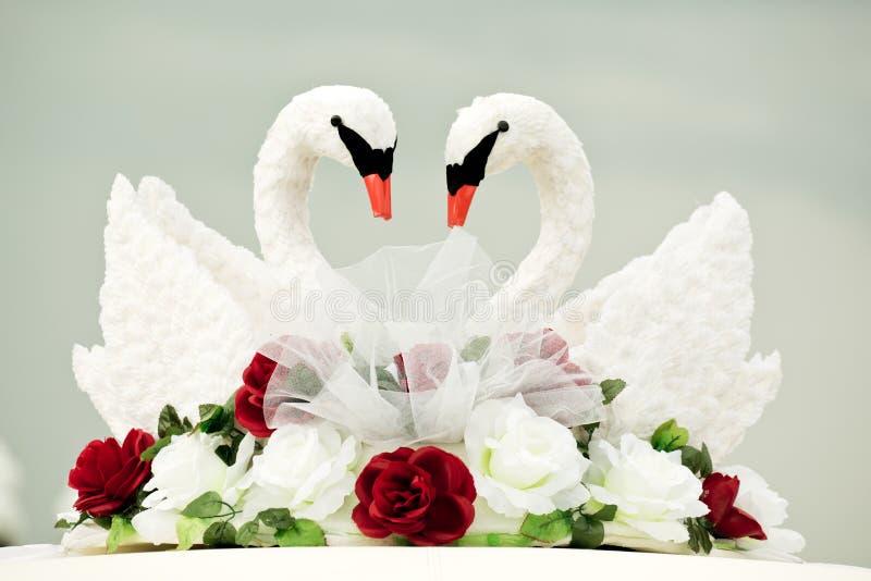 частности, поздравление молодоженов с мотивом лебедей свидетельствуют тесной связи