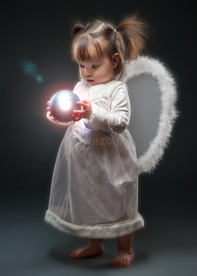 Орнамент рождества удерживания маленькой девочки стоковая фотография rf