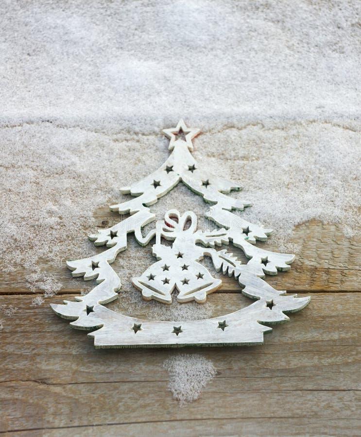 Орнамент рождественской елки в предпосылке снега стоковая фотография rf