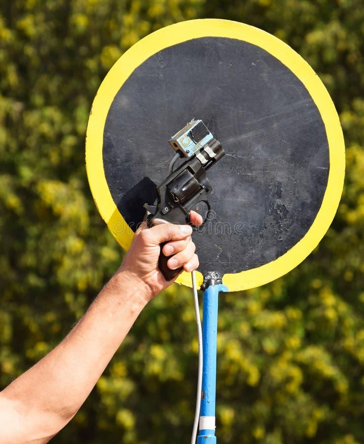 Оружие вытаращиться на идущей гонке стоковое фото