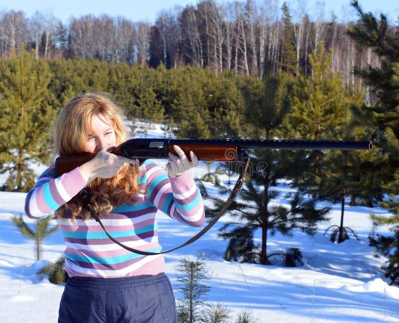 Оружие, женщина, стрельба, зима, outdoors, рыбная ловля, винтовка, оружие, люди, корокоствольное оружие, молодое, снег, охотник,  стоковые фотографии rf