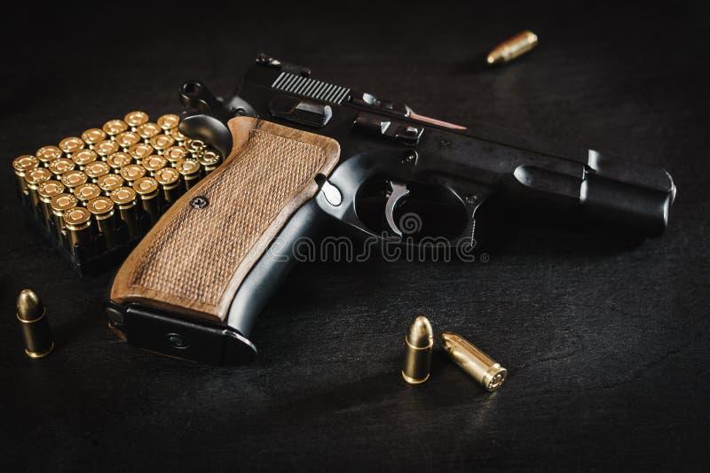 Оружие и пули на таблице стоковая фотография rf