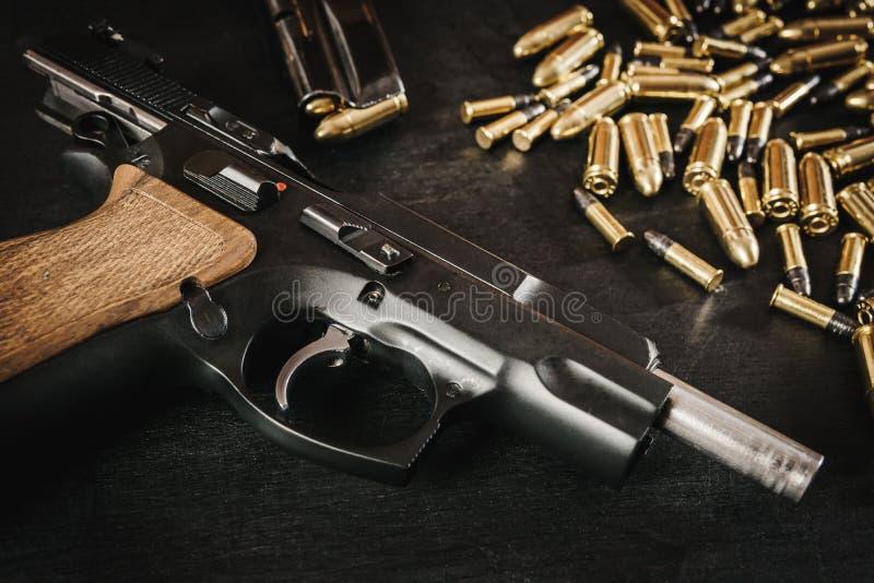 Оружие и пули на таблице стоковое изображение