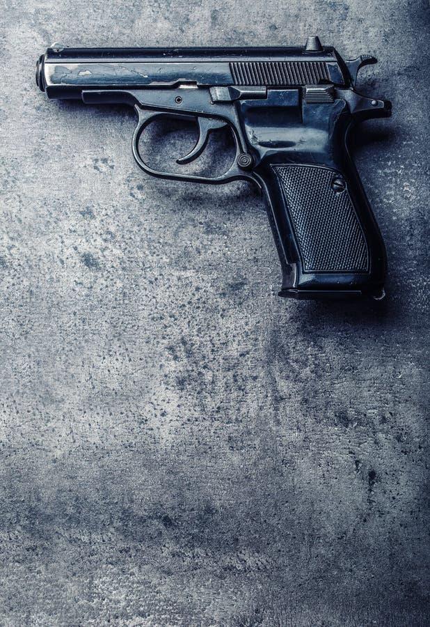 оружие и пули пистолета 9 mm посыпанные на таблице стоковые изображения rf