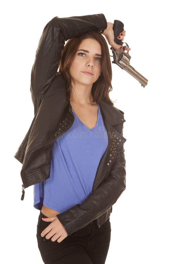 Оружие кожаной куртки женщины надземное стоковое фото