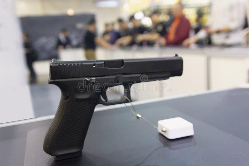 Оружие на конце-вверх окна магазина стоковое фото