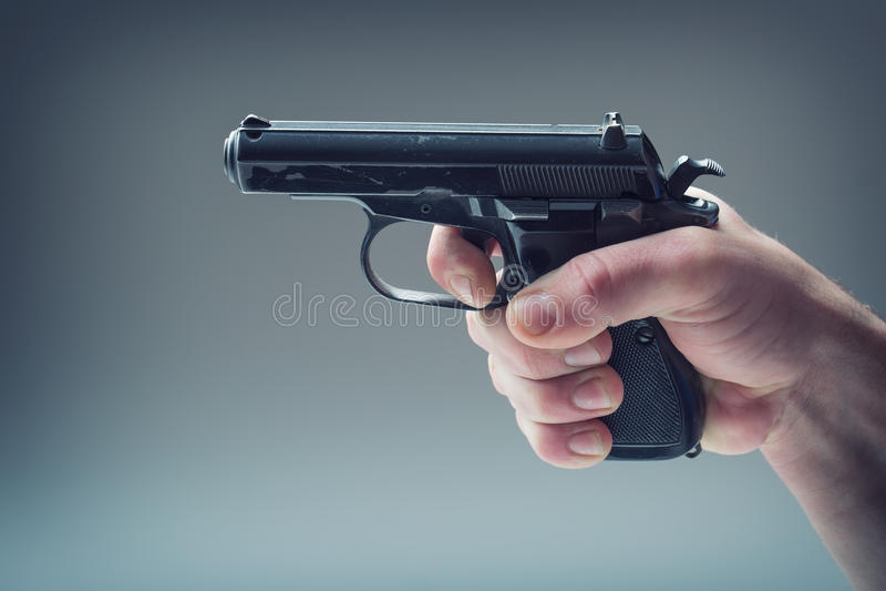 Оружие оружия Рука людей держа оружие пистолет 9 mm стоковое изображение