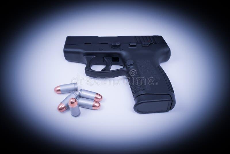 Оружие руки - деланные центром внимания 45 автоматическое и пули стоковые изображения