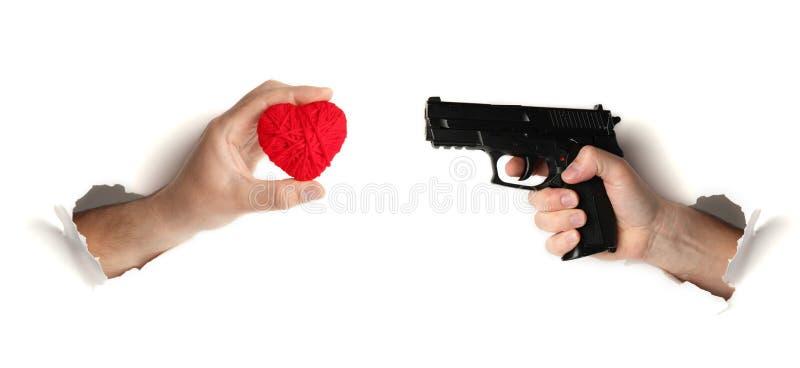 Оружие снимает сердце Ссора в парах любовников, конфликт между человеком и женщина стоковое фото