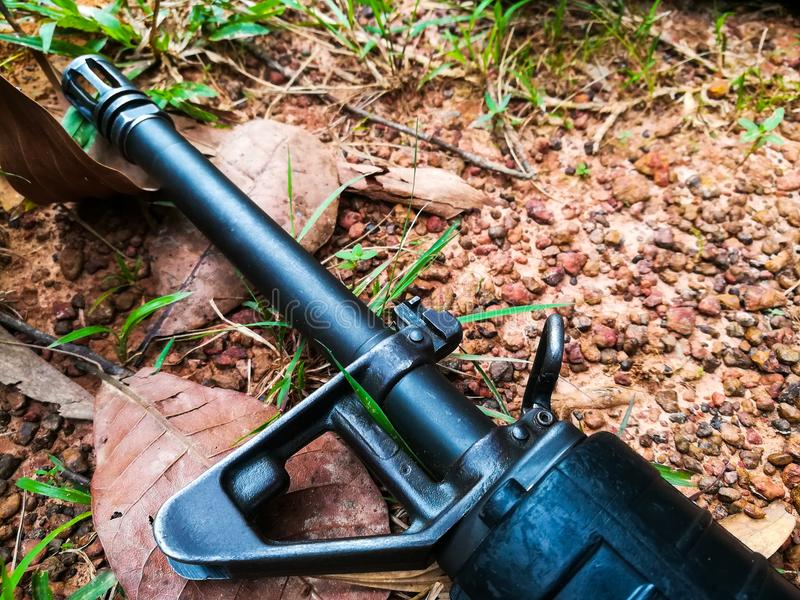 Оружие солдата на земле стоковое фото rf