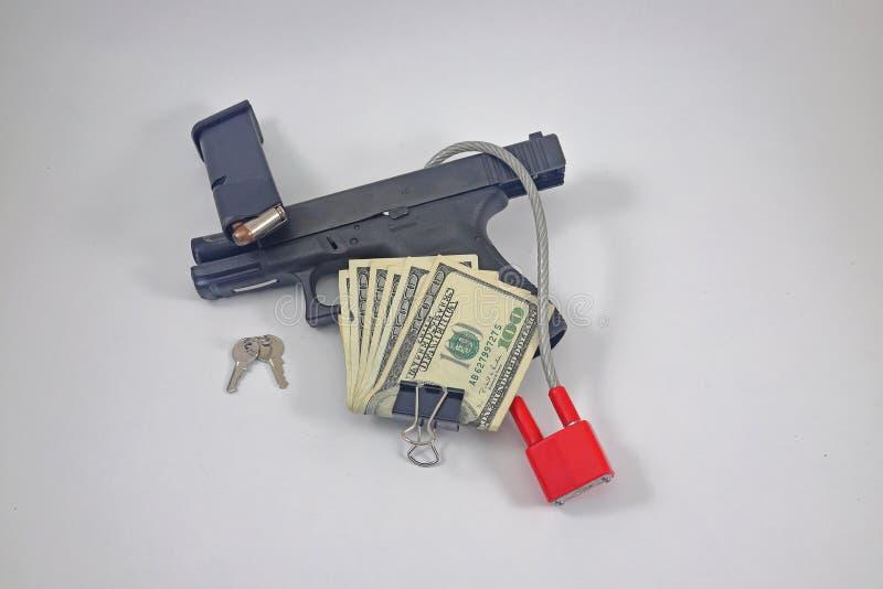 Оружие с замком, наличными деньгами, боеприпасами стоковая фотография
