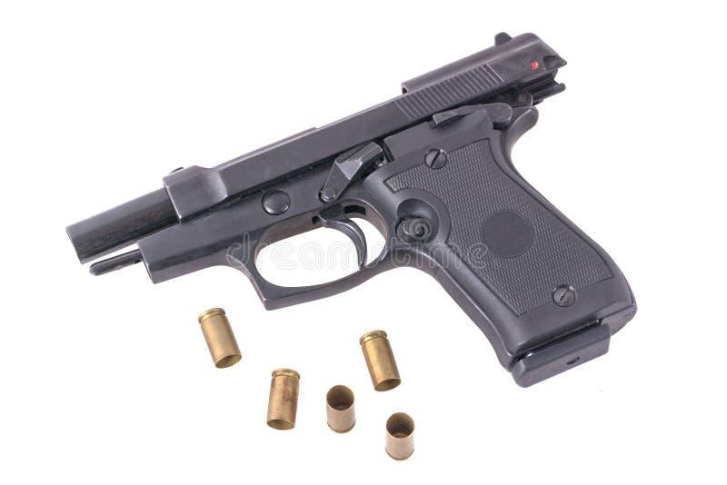Оружие с пулями на белой предпосылке стоковые фото