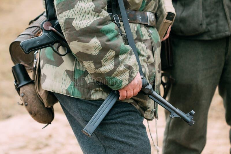 Оружия в руках немецкого солдата Wehrmacht Reconstruc стоковое фото
