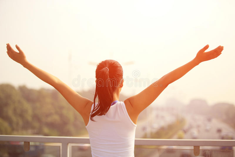 Download Оружия женщины открытые к городу подъездной дороги спешкы современному Стоковое Фото - изображение насчитывающей женщина, поручень: 37929796