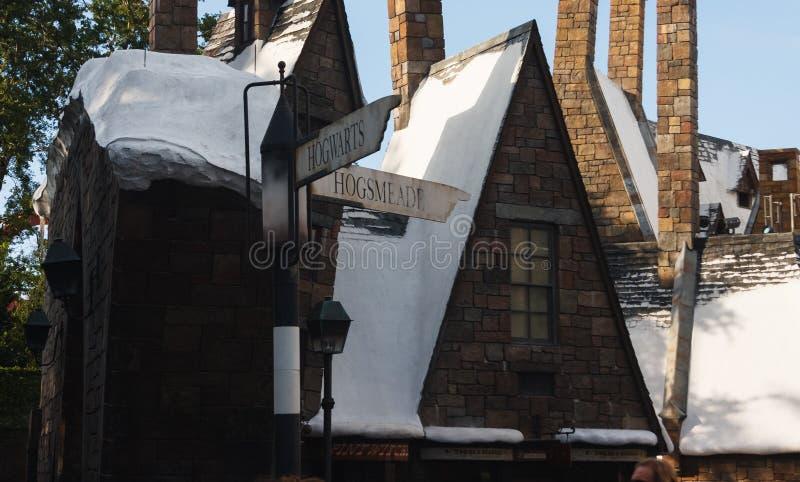 Орландо, США - 22-ое июня 2016 - мир Wizarding Гарри Поттера - замка - знак Hogsmeade студий Universal стоковые изображения